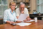 Couple de seniors lisant un document